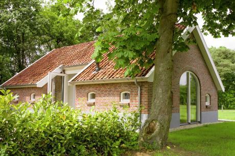 top-vakantie-in-twente.nl | 't Laakmors | Parterre: (hal, open keuken(keramische kookplaat, oven, afwasmachine, koel-/vriescombinatie), woon/eetkamer(TV(digital), kachel(hout), DVD-speler, stereo-installatie), slaapkamer(2-pers. bed), badkamer(bad met douche, wastafel, toilet))Op de 1e etage: (slaapkamer(2-pers. bed))berging, garage, wasdroger, wasmachine, beamer, verwarming(CV, vloerverwarming), terras, tuin, tuinmeubilair, BBQ, parking, speeltoestellen, kinderbed(te huur, op aanvraag), kinderstoel(te huur, op aanvraag), traphekje | Haaksbergen | Enschede | Overijssel